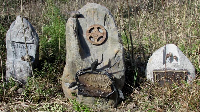 kivihiisi-hautakivet